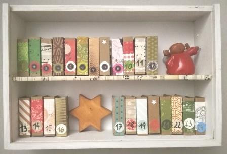 Adventkalender-Bücherregal